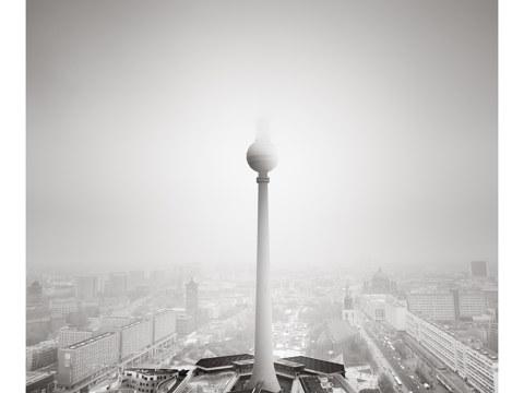 Berliner Fernsehturm im Nebel