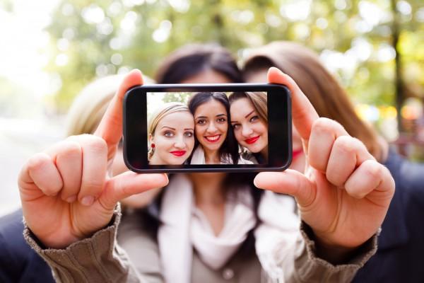Smartphone Fotografie - Handy-Bild / Selfie von 3 Frauen