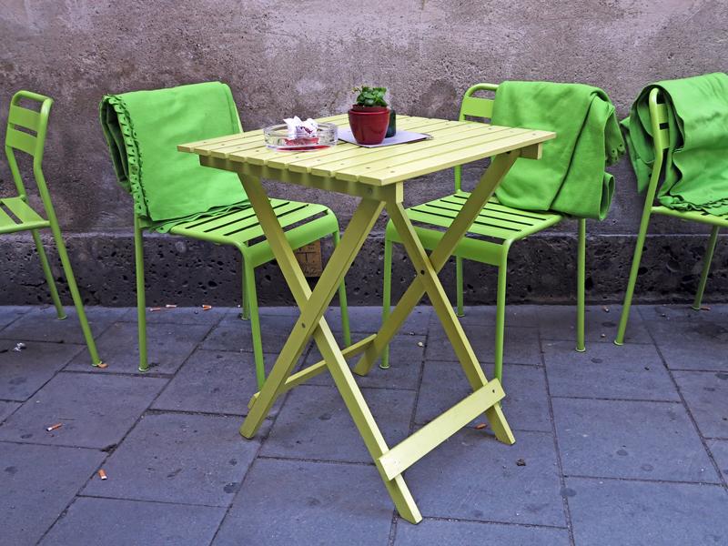 Bild von Balkonmöbeln mit kräftigen Farben