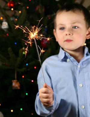 Kleines Feuerwerk fotografieren: Kind mit Wunderkerze