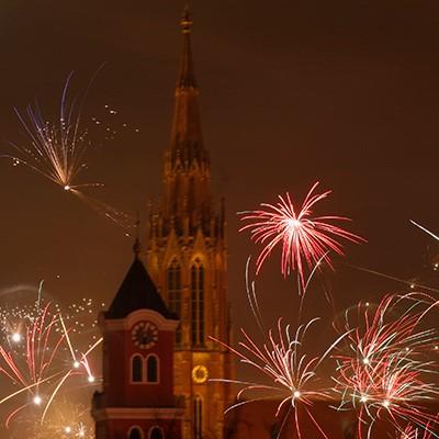 Kirche Feuerwerk grenzwertig