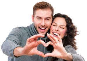 Paarfotografie / Pärchen Shooting Idee: Paar formt Herz mit den Händen