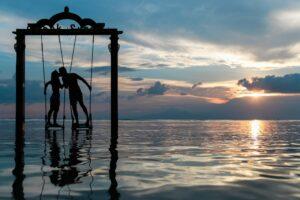Paarfotografie / Pärchen Bilder Idee: Schaukel im See bei Sonnenuntergang