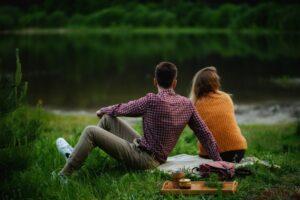 Paarfotografie / Pärchen Bilder Idee: Picknick, Paar sitzend auf Wiese