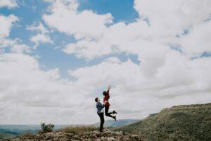 Paarfotografie / Pärchen Bilder Idee: Action unterm Wolkenhimmel