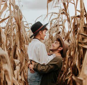 Paarfotografie / Pärchen Bilder Idee Outdoor bei bedecktem Himmel im Maisfeld