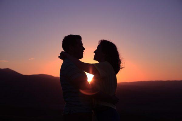 Paarfoto bei Sonnenuntergang