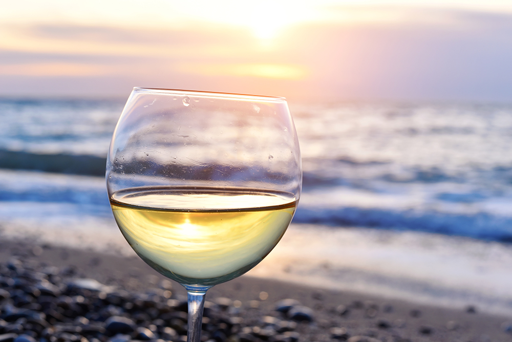 Weinglas im Sonnenuntergang