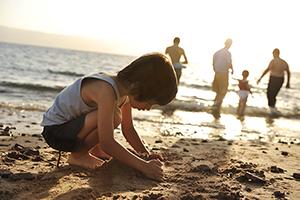 Junge im Sand