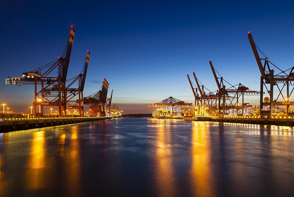 Nachthimmel über Container Hafen