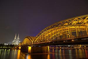 Nachtaufnahme mit beleuchtetem Kölner Dom