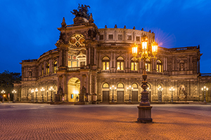 Semperoper in Dresden in blauer Stunde