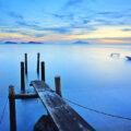 Steg im Sonnenaufgang zur Blauen Stunde