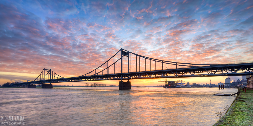 Krefeld-Uerdinger Rheinbrücke kurz vor Sonnenaufgang