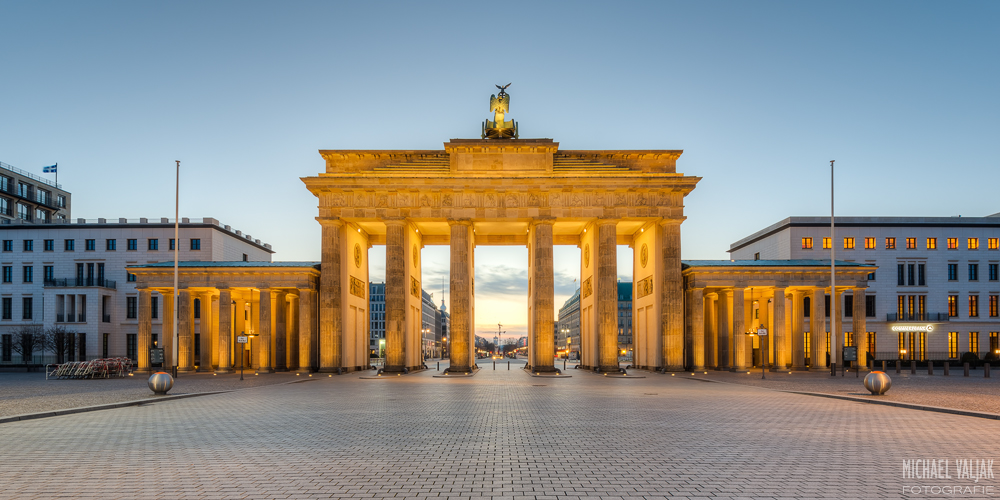 Brandenburger Tor in Berlin kurz vor Sonnenaufgang