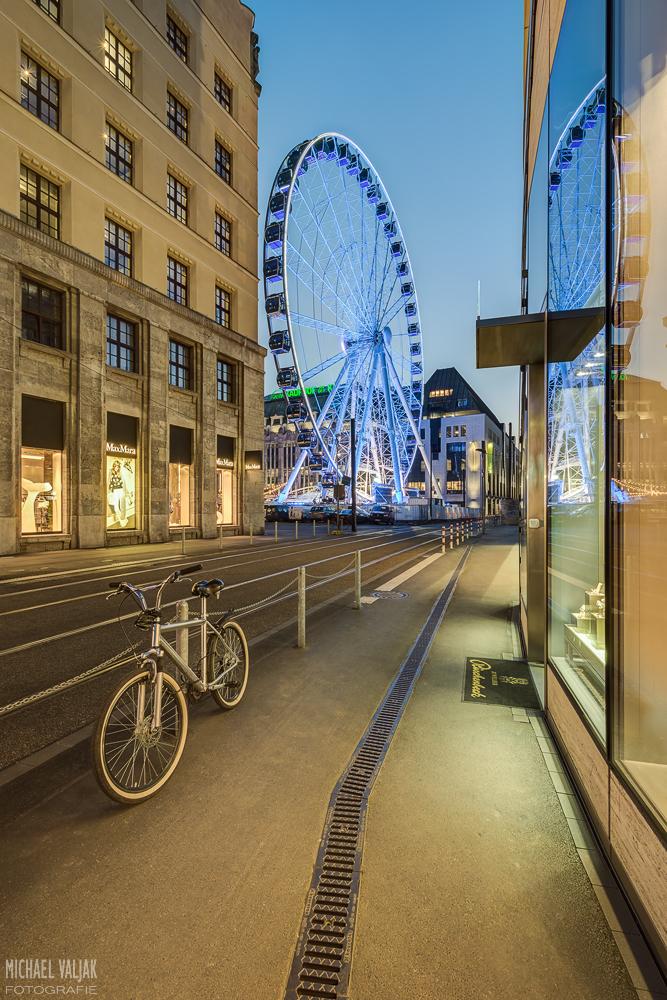 Riesenrad in Düsseldorf mit Fahrrad als idealer Vordergrund