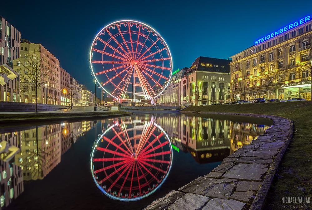 Riesenrad auf Corneliusplatz in Düsseldorf mit Spiegelung bei Windstille