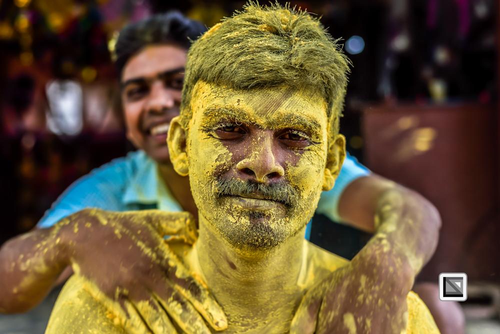Andamanen, Indien, Portrait von Mann mit gelber Farbe