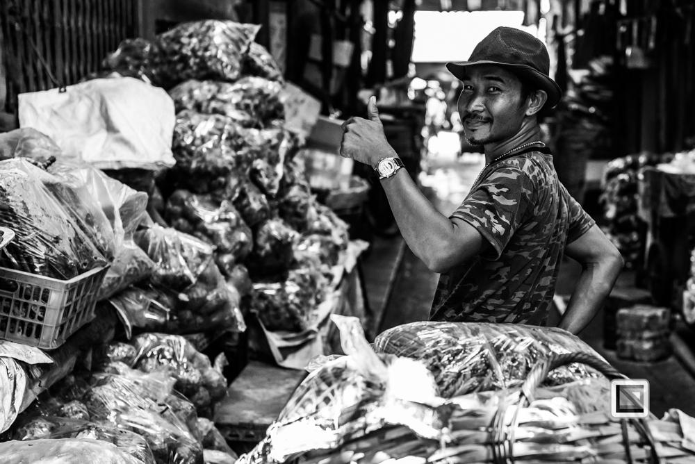 Bangkok, Thailand, Mann auf Markt, schwarz-weiß