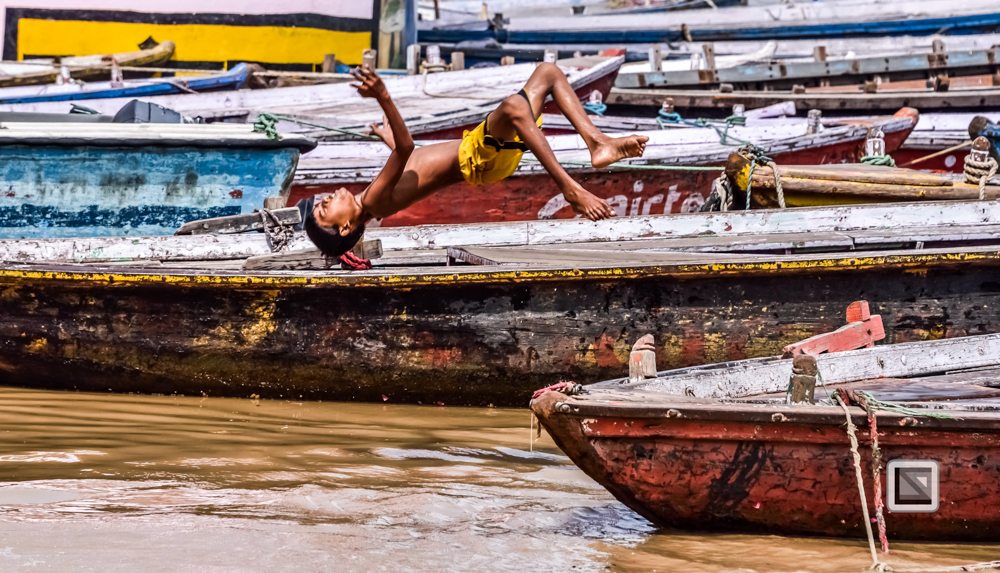 Varanasi, Zoomobjektiv, Junge springt von Boot