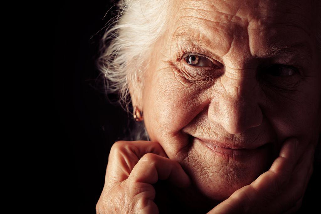 Portrait-aeltere-Frau-shutterstock_132753365_kl