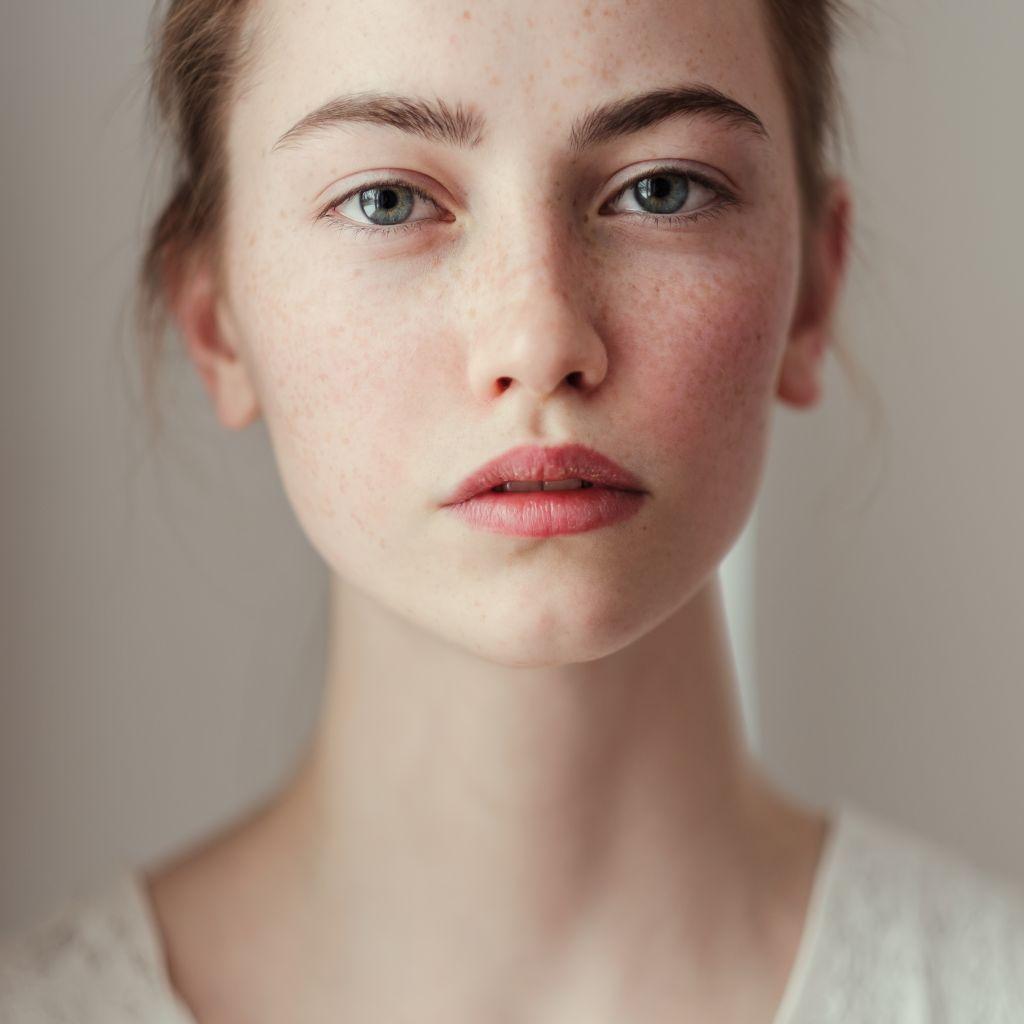 Teil-Portrait-junge-Frau-shutterstock_262542380_kl