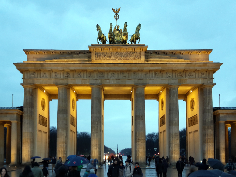 Brandenburger Tor abends mit Menschen, Handyaufnahme