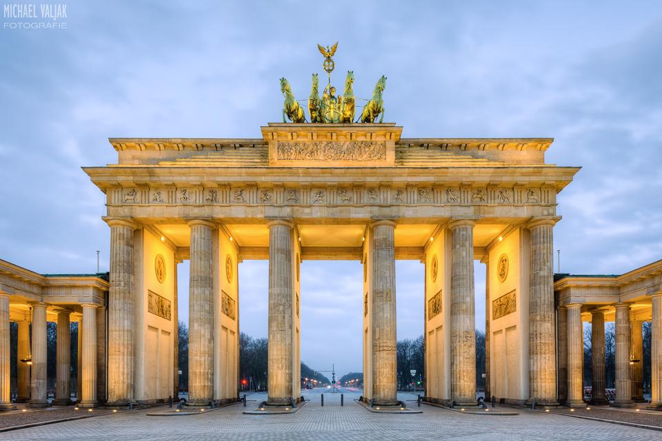 Brandenburger Tor am frühen Morgen vor Sonnenaufgang ohne Menschen