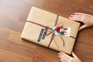 Geschenke verpacken: Idee mit Geschenkanhänger