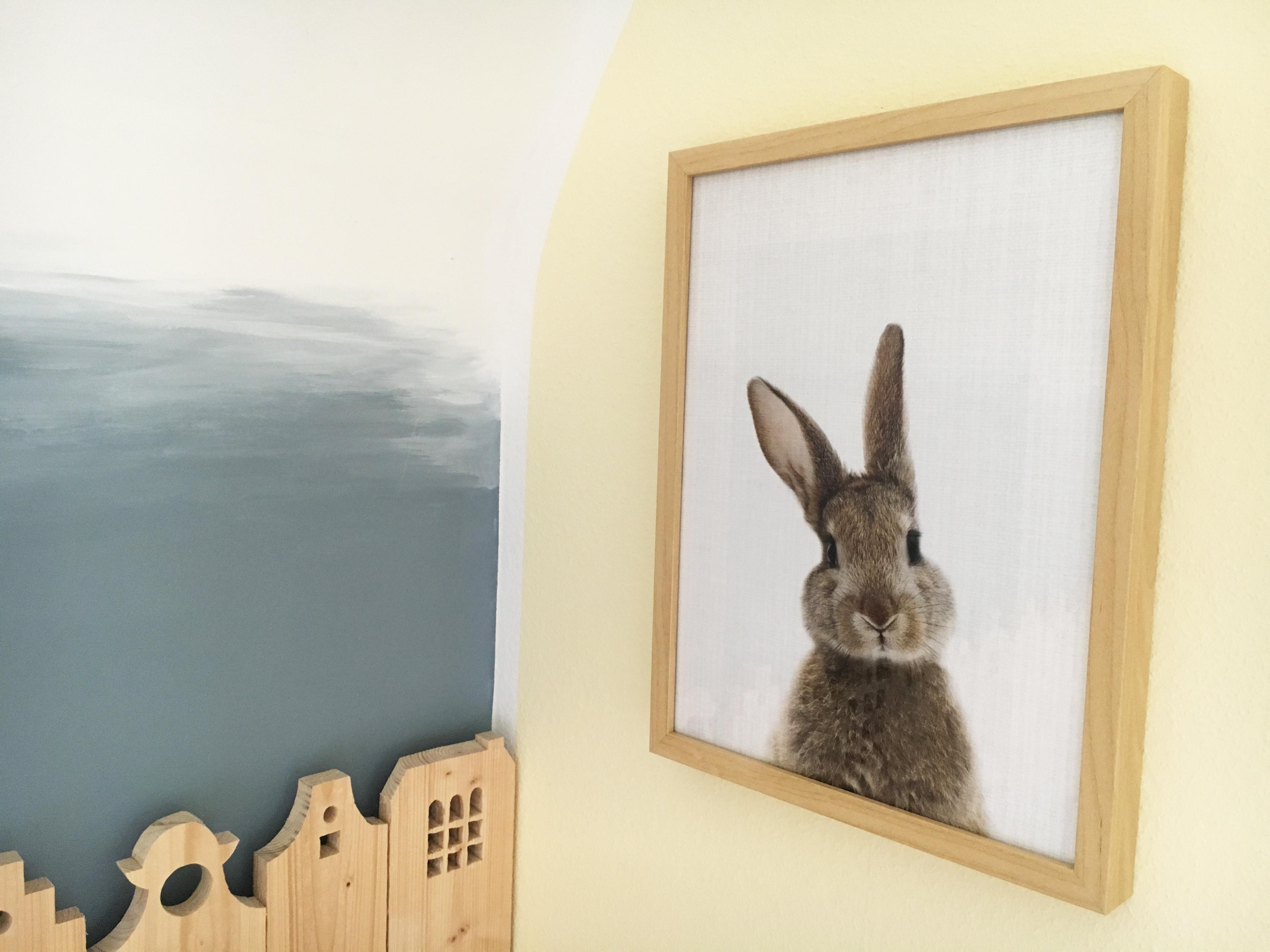 Kleiner Hase, gedruckt auf Hahnemühle Künstler-Papier im Holzrahmen - @myposter / Janine Sommer