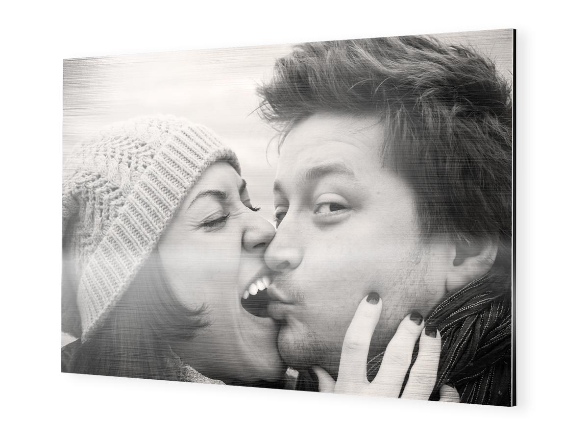 Paarfotografie auf Alu-Dibond brushed, Pärchen Bilder Idee: Frau und Mann küssen sich