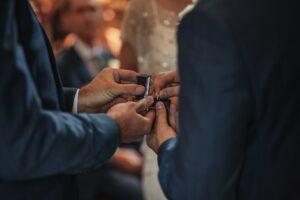 Hochzeitsfotografie Tipps: ein Foto der Ringübergabe