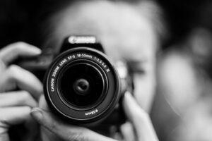 Blick auf die Kamera eines Hochzeitsfotografen