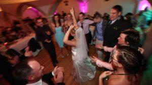 Hochzeitsbilder Idee: Die Braut während der Party zwischen den Gästen von oben fotografiert
