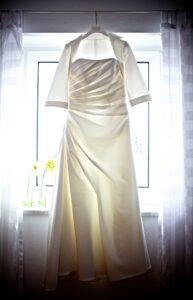 Hochzeitsbilder Idee: Das Brautkleid im Gegenlicht fotografiert