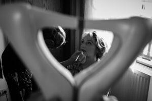 Hochzeitsbilder Ideen: Foto der Braut bei den Hochzeitsvorbereitungen durch die zusammengeführten Absätze der Hochzeitsschuhe