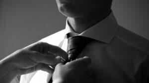 Hochzeitsbilder Ideen: Dem Bräutigam wird die Krawatte gebunden