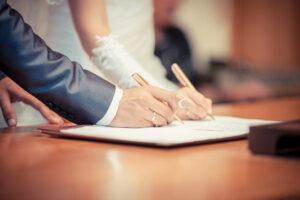 Hochzeitsbilder Ideen: Die Unterschrift des Brautpaares im Standesamt