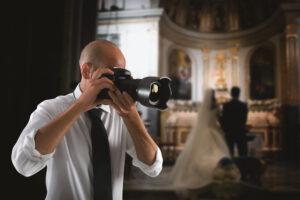 Der Hochzeitsfotograf in der Kirche