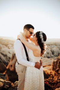 Hochzeit Foto der Brautleute im Gegenlicht