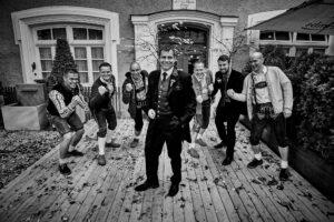 Hochzeitsfoto Idee: Bräutigam mit den männlichen Gästen