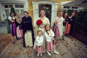 Foto der Braut mit den weiblichen Hochzeitsgästen