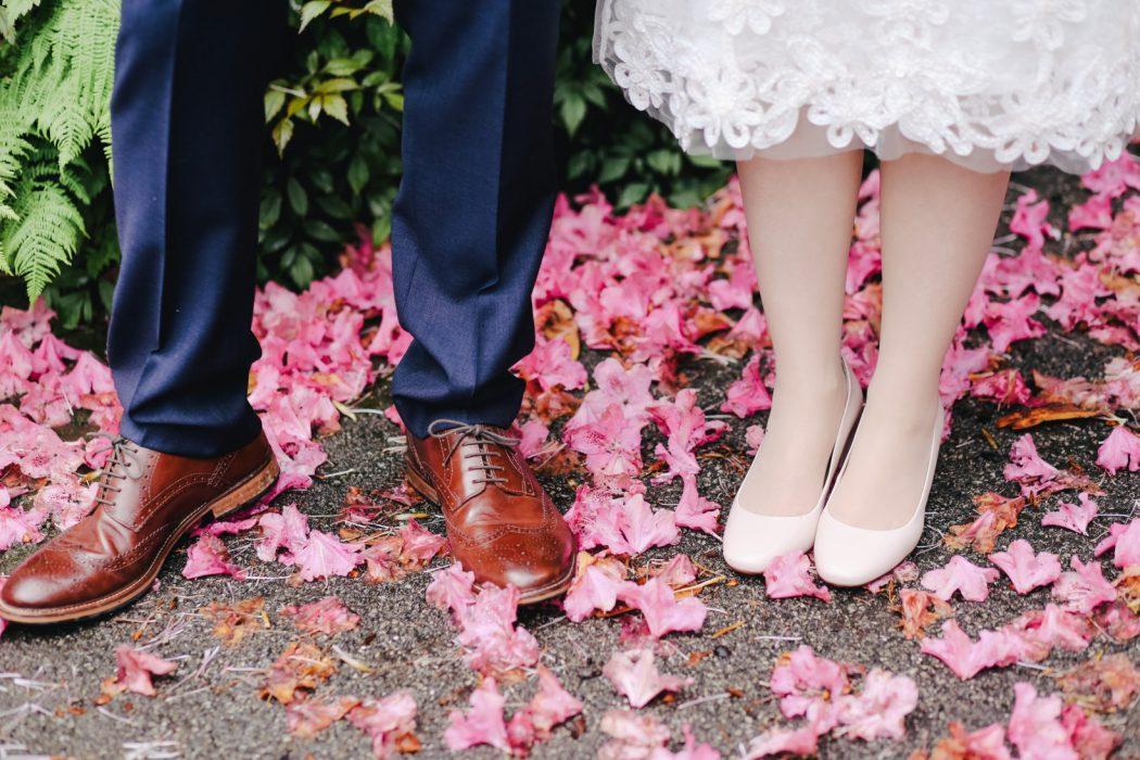 Hochzeitsfotos draußen - Schuhe des Brautpaars