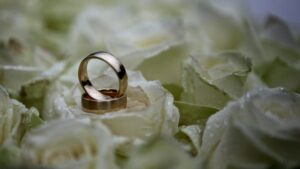 Hochzeitsfoto im Regen - Ringe auf dem nassen Brautstrauß