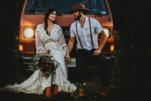Hochzeitsbilder bearbeiten: Foto im Matt-Stil - Brautleute vor VW-Bulli