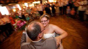 Brautpaar tanzt den Hochzeitswalzer