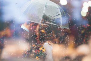 Hochzeitsbilder bearbeiten mit Filter: Paar unter transparentem Schirm