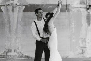Hochzeitsbilder bearbeiten: Tanzendes Paar im Schwarz-weiß-Stil