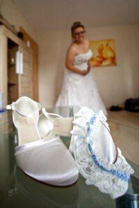 Detailaufnahme der Brautschuhe beim Getting ready