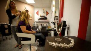Hochzeitsreportage: Die Braut beim Friseur